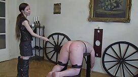 Blondi, ilmaisia pornovideoita dominoiva, Nuori Orja, jolla on sirpaleita.