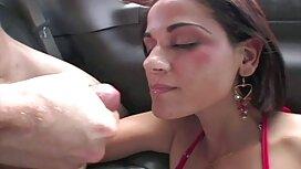 Kaksi miestä syö tytön ja kääntää hänen pornovideot kasvonsa