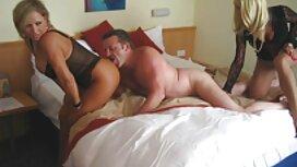Kaksi miestä porno karhu ja nainen makaavat sängyssä potkien toisiaan.