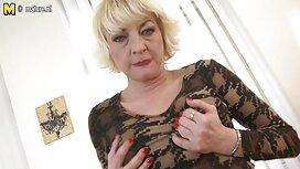 Pieni blondi haluaa seksiä hänen parhaat pornovideot kanssaan.