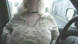 Tyttö kauniit rinnat hieronta sohvalla. seksivideoita ilmaisia