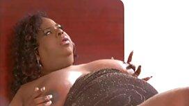 Soolo tuolilla seksilelujen julkkis porno avulla paidan riisumisen jälkeen.