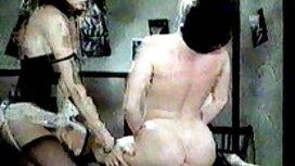 Nuori ilmais porno mies syö kohtaamaansa tyttöä jalkojensa välissä sohvalla.