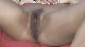 Afrodite on vaalea ilmaista porno Typy, joka kosketti vaginaansa sängyssä.